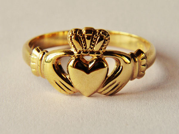 A ladies 10 ct yellow gold Claddagh ring.