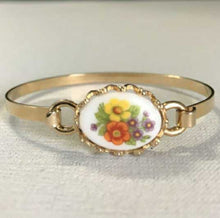 Load image into Gallery viewer, Vintage Avon Floral Cameo Gold Tone Bangle Bracelet