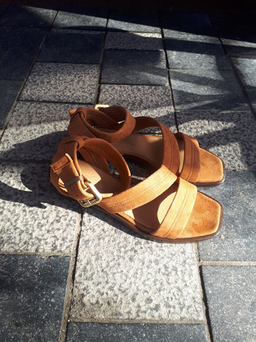 Sandal on low heel in cognac