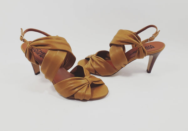 Heeled sandal in colour cigare