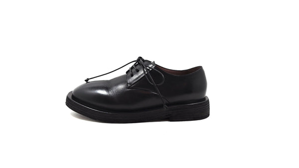 Lace-up shoe in black leather