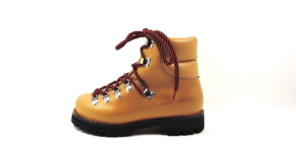 Mountain boots in color tan