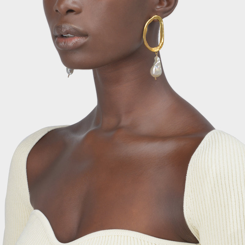 The Dante'S Shadow Earrings in Gold Plated Bronze and Freshawater Pearl