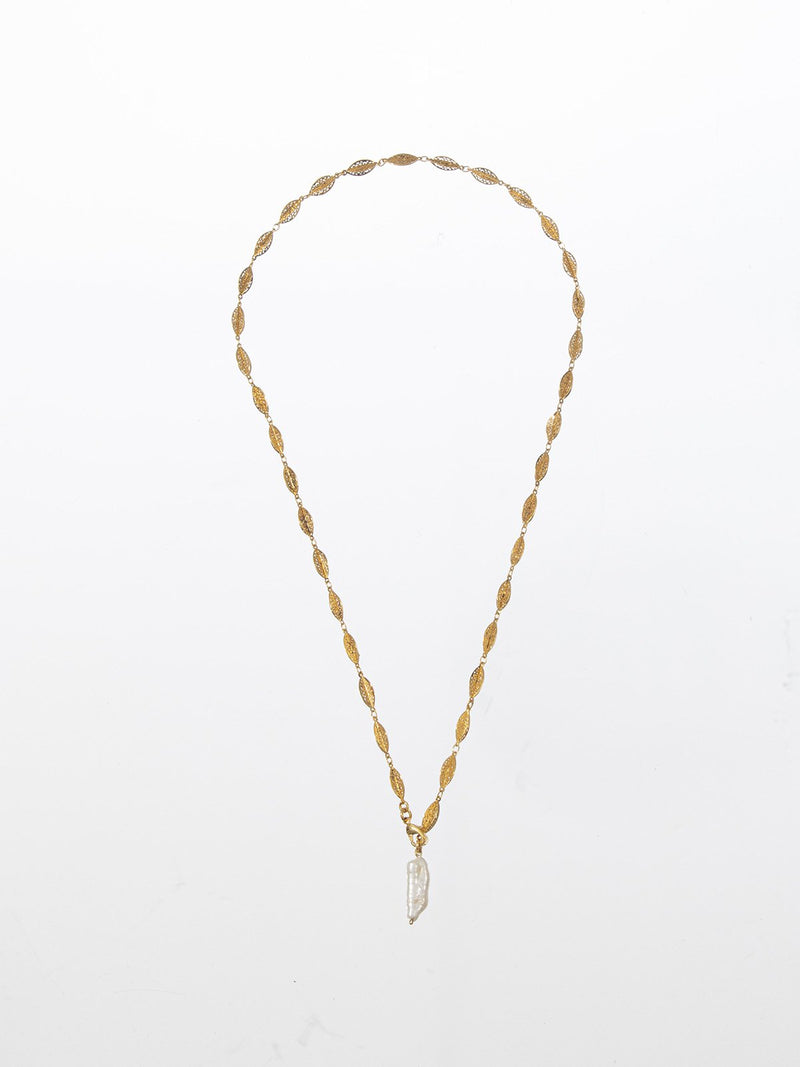 Long adjustable T chain with a centered rough pearl pendant. 24K yellow gold plated.