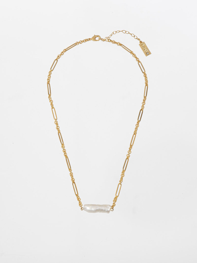 Hawai chain - a delicate chain with a central element of a pearl with a light and beautiful boho-chic look. The chain is plated with high quality 24K yellow gold plating.