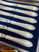 Load image into Gallery viewer, Cyllyll Menyn Vintage Hynafol o 1936 gyda Handlenni Arian yn eu Bocs Gwreiddiol / Antique Vintage Butter Knives from 1936 with Silver Handles in their Original Box