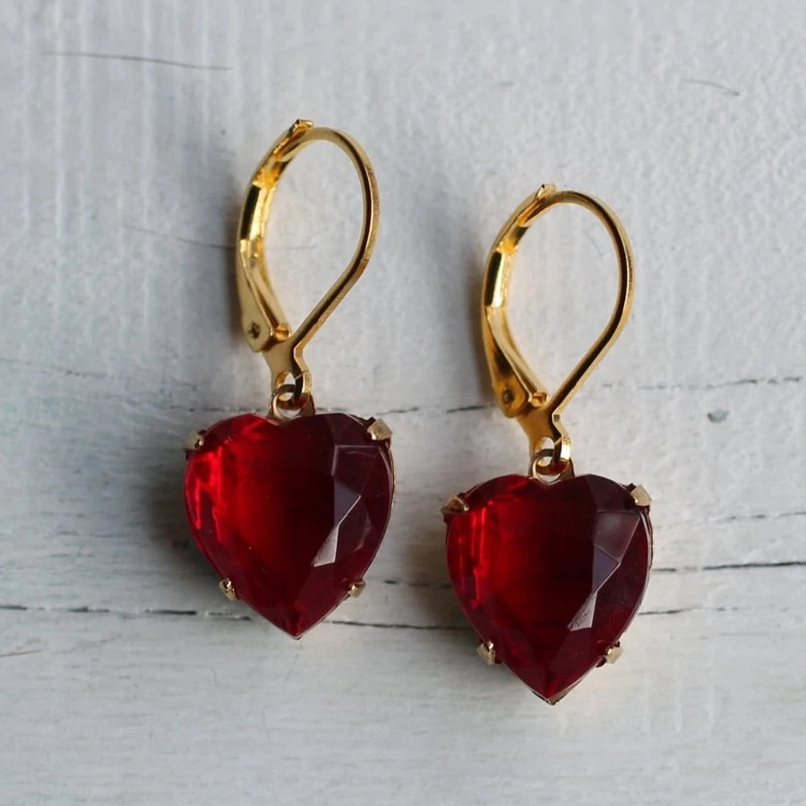 Clustlysau Rhuddem Siâp Calon Coch / Ruby Red Heart Shaped Earrings