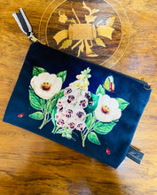 Load image into Gallery viewer, Pwrs Melfed Glas Tywyll Blodeuog Madame Treacle / Madame Treacle Navy Velvet Floral Purse