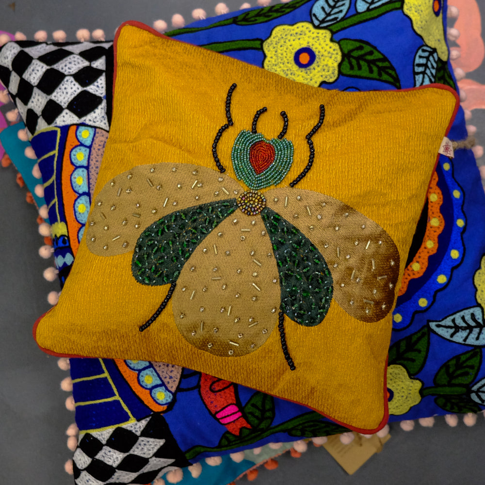 Clustog Pry wedi ei Frodio / Embroidered Fly Cushion