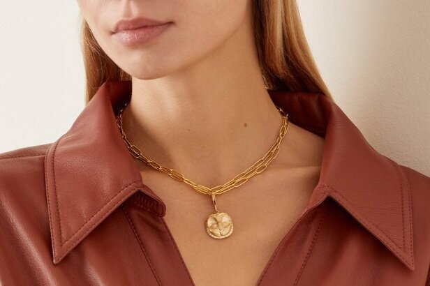 Sustainable Gold Necklace from Futura Jewelry on Model