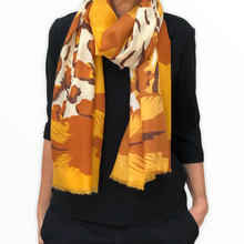 Charger l'image dans la galerie, foulard-jungle-porte-jaune-orange-blanc