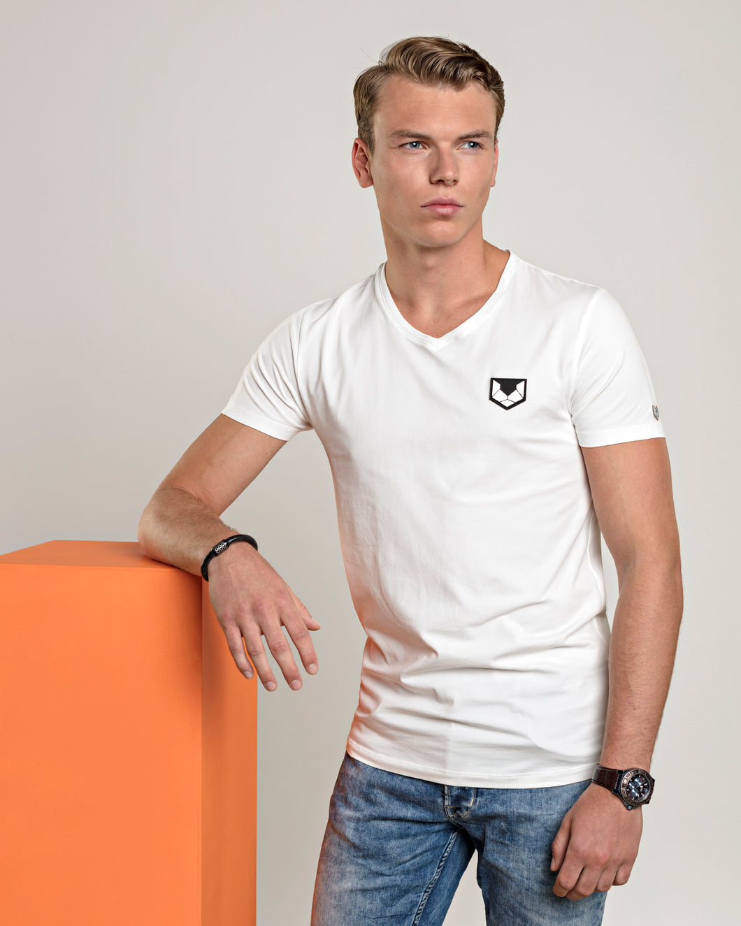DTCH vibe t-shirt logo V neck white