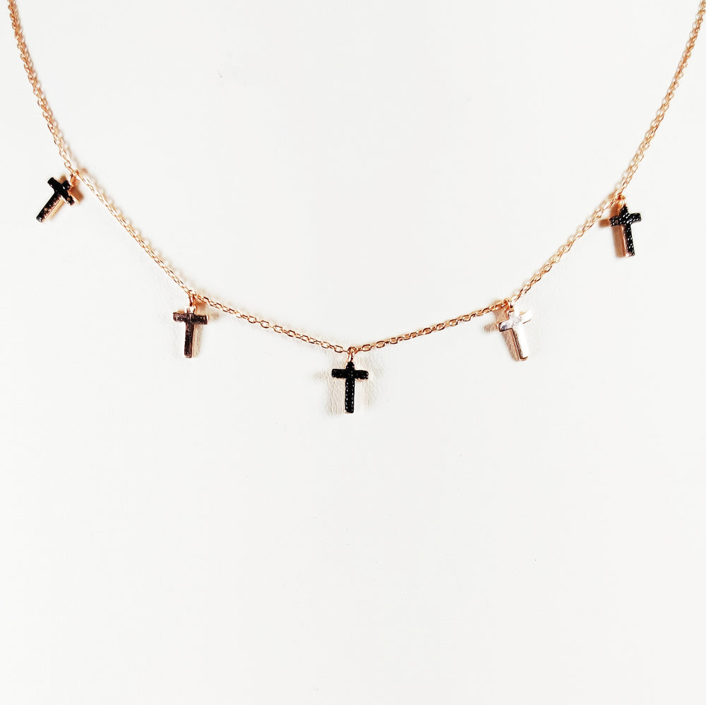 Choker in argento 925 con charms a croce alternati con zirconi in due varianti di colore