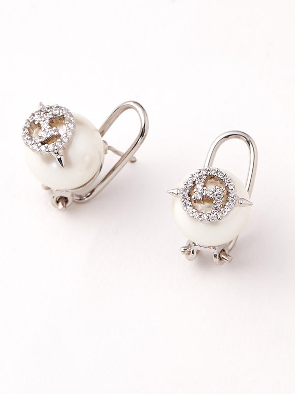 Women earrings in pearls