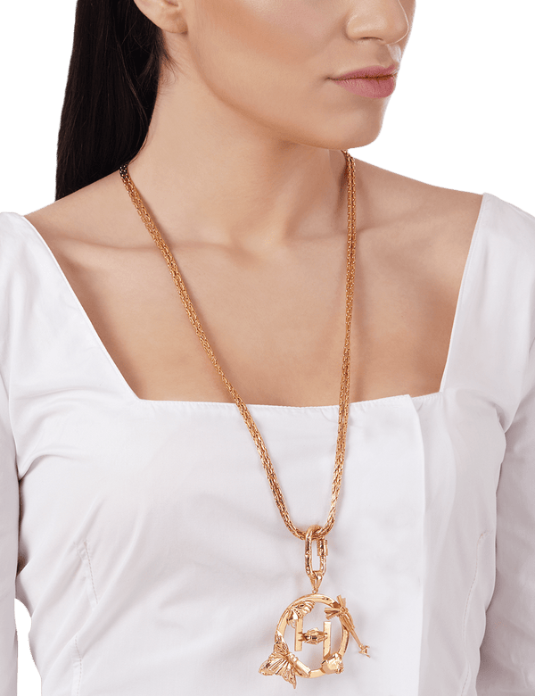 Long pendant necklace in gold