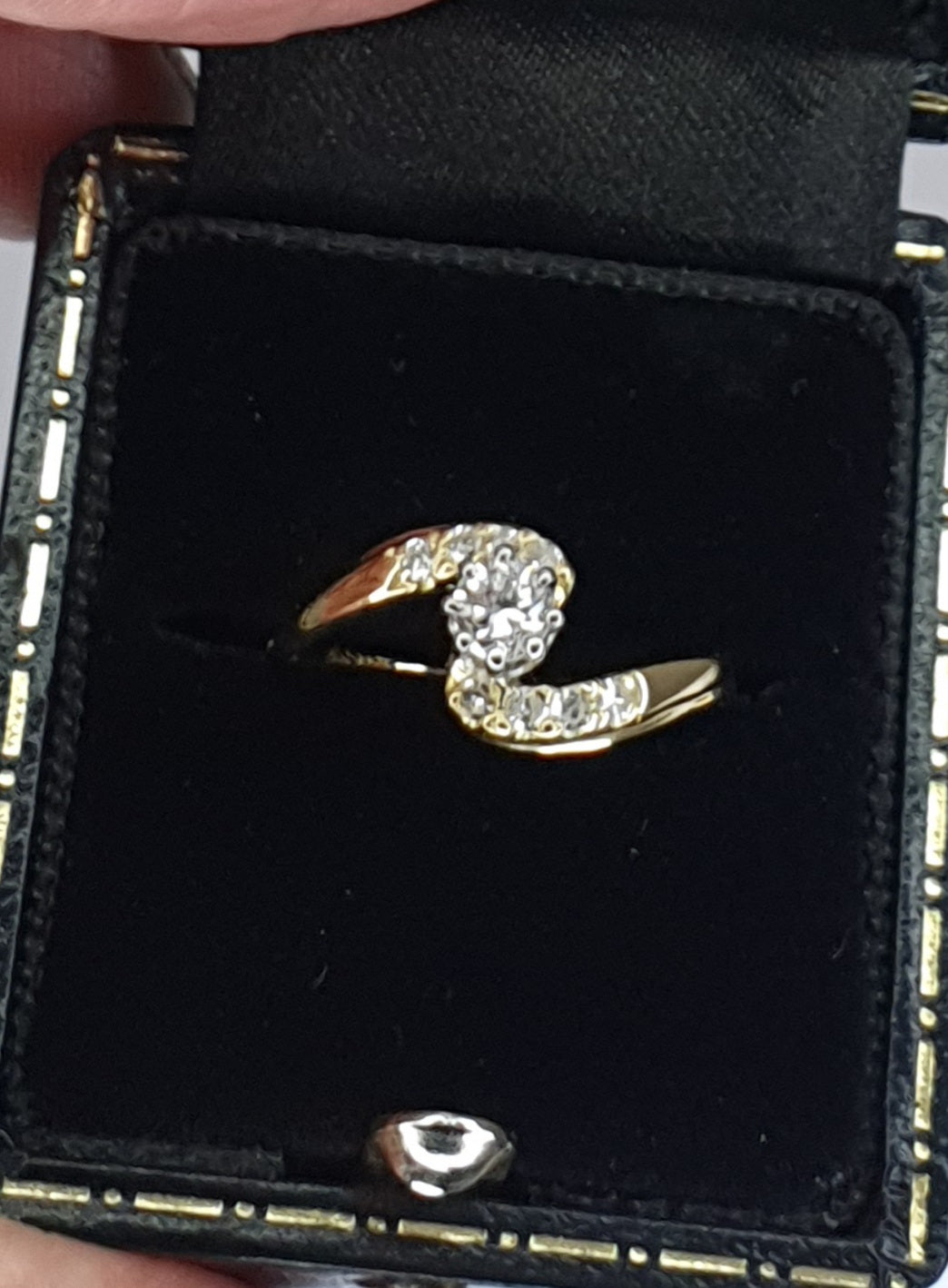 18ct Gold Vintage Diamond Solitaire Twist Ring with Diamond Shoulders