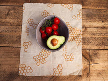 Afbeelding in Gallery-weergave laden, kommetje tomaten en avocado in medium bee's wrap