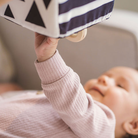 Education toys - black and white sensory cube for visual stimulation in newborns