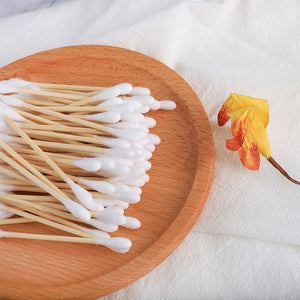 Bamboo Cotton Swabs In Carton Box 200 Pcs Eco Friendly Compostable Wooden Ear Sticks Biodegradable Double Round Q-Tips lined up on the wooden plate
