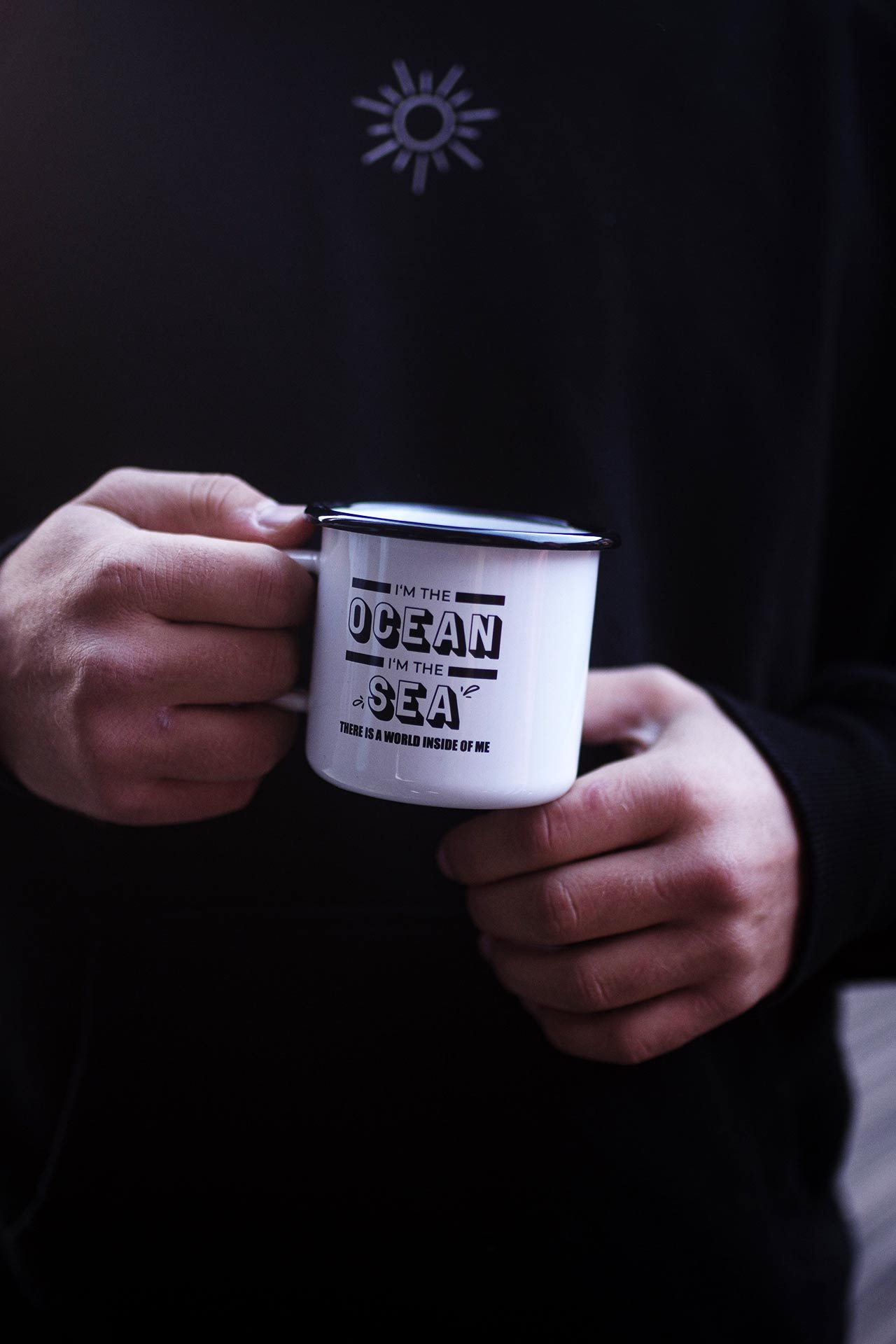 Emaille Tasse mit Spruch - i'm the ocean, i'm the sea, there is a world inside of me - gehalten in Hand.