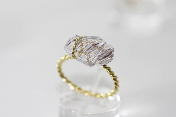 Quartz ring with rutile inclusions set with Gold K18 wire