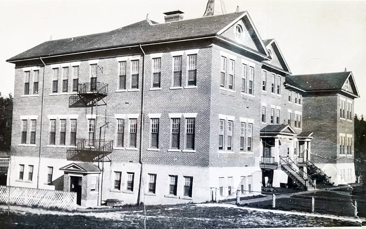 Black and white image of Kuper (Penelakut) Island residential school (1917).