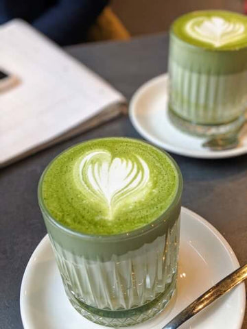 Matcha latte in glas compositie opstelling