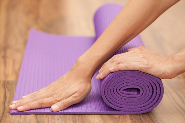 guide to chosing yoga mat - ability to lay flat