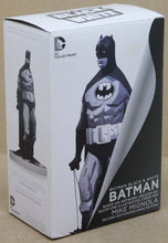 Lade das Bild in den Galerie-Viewer, Batman Statue Black and White by Mike Mignola