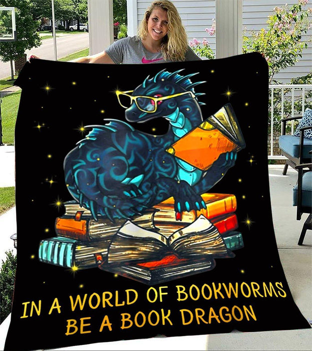 IN A WORLD OF BOOKWORMS BE A BOOK DRAGON BLANKET - FLEECE BLANKET