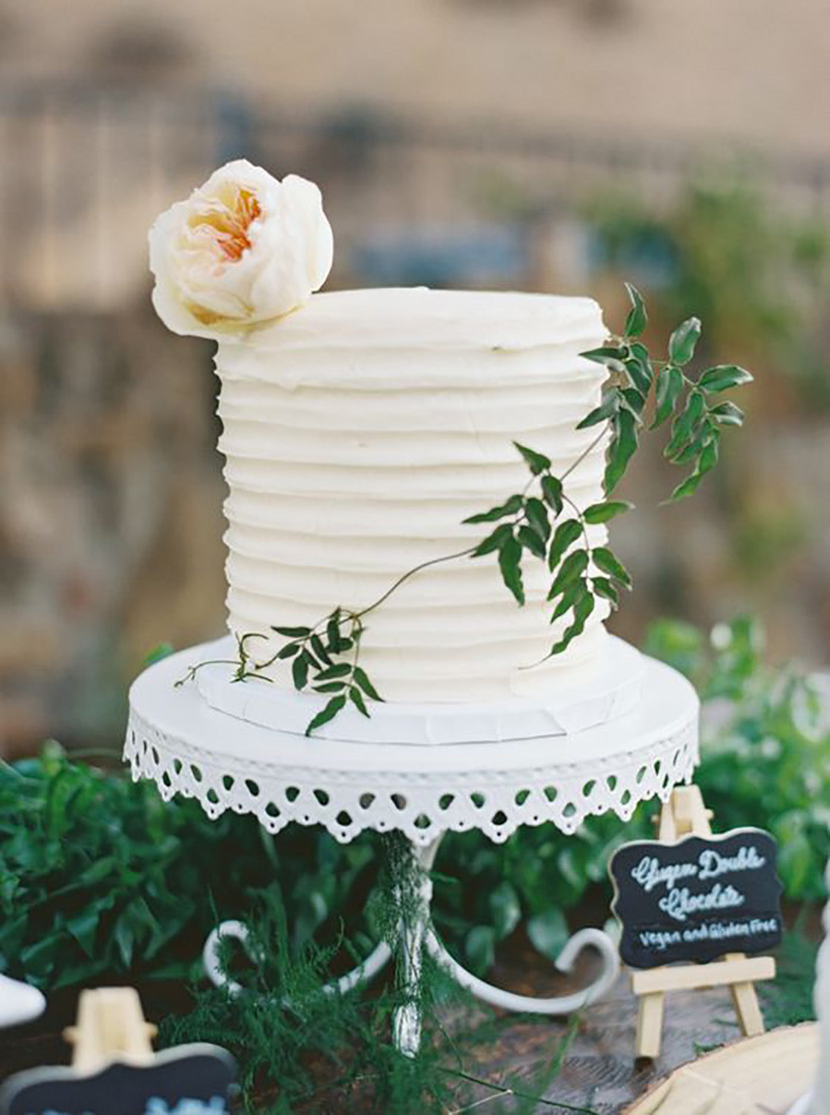 simple 1 tier weding cake on white cake stand