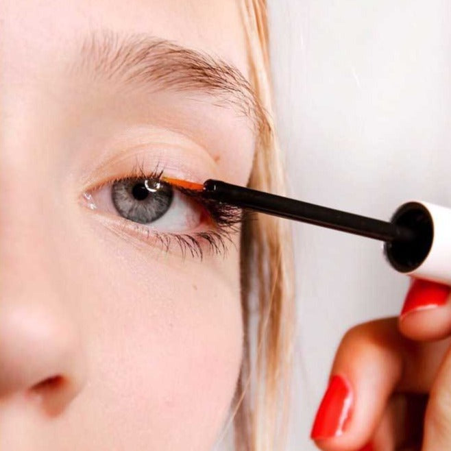 Load image into Gallery viewer, Woman applying long lash along lash line