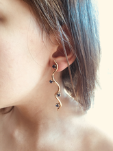 Load image into Gallery viewer, Matuta Rosebud Earring