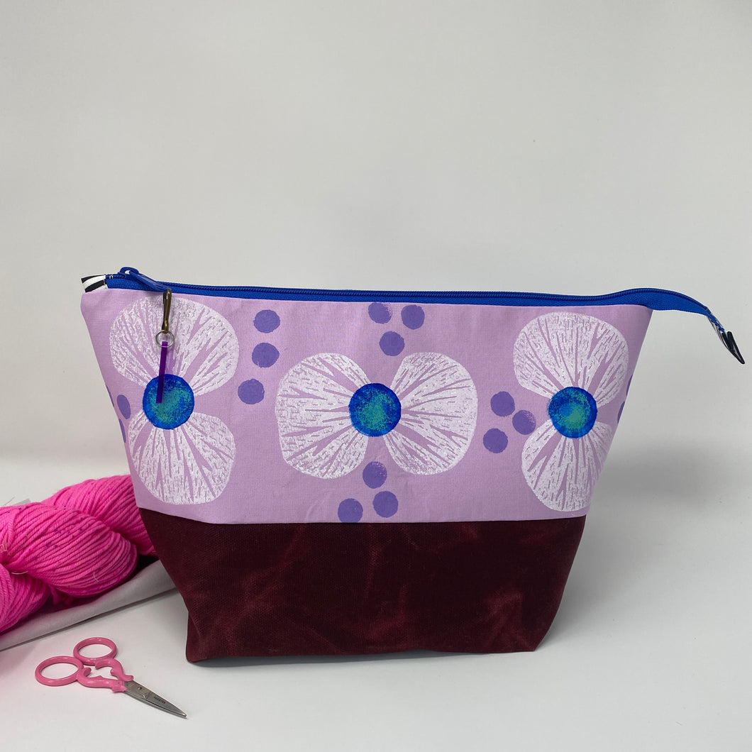 Zipper project bag - L - White bowtie flowers printed on petunia cotton