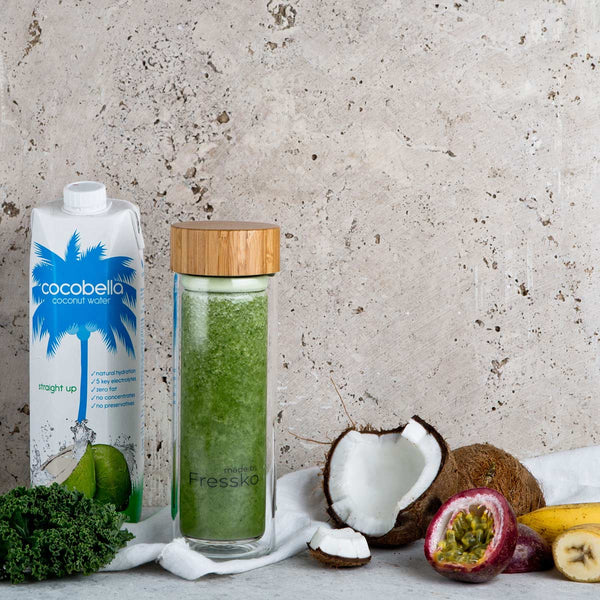 Green passionfruit smoothie in Fressko TOUR glass flask