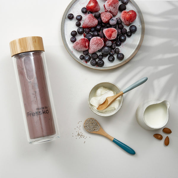 Berry and Chia Smoothie in glass Fressko TOUR flask