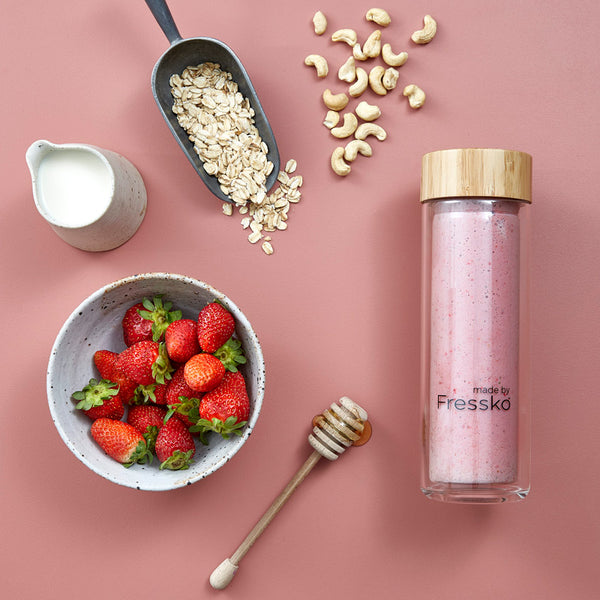 Vegan Strawberry Nut Smoothie in Fressko glass TOUR flasks