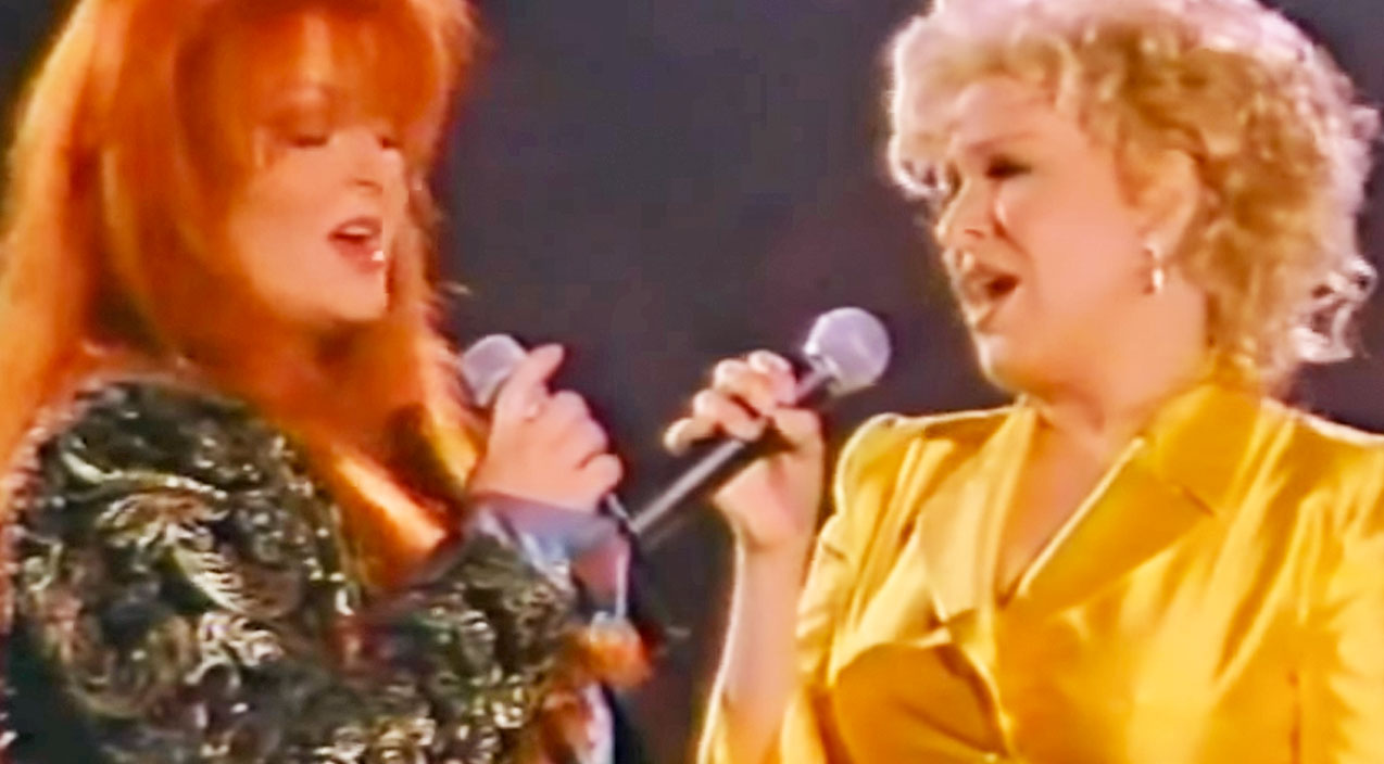 Wynonna judd Songs | FLASHBACK: Wynonna Judd & Bette Midler's Tear-Jerking 'The Rose' Performance | Country Music Videos