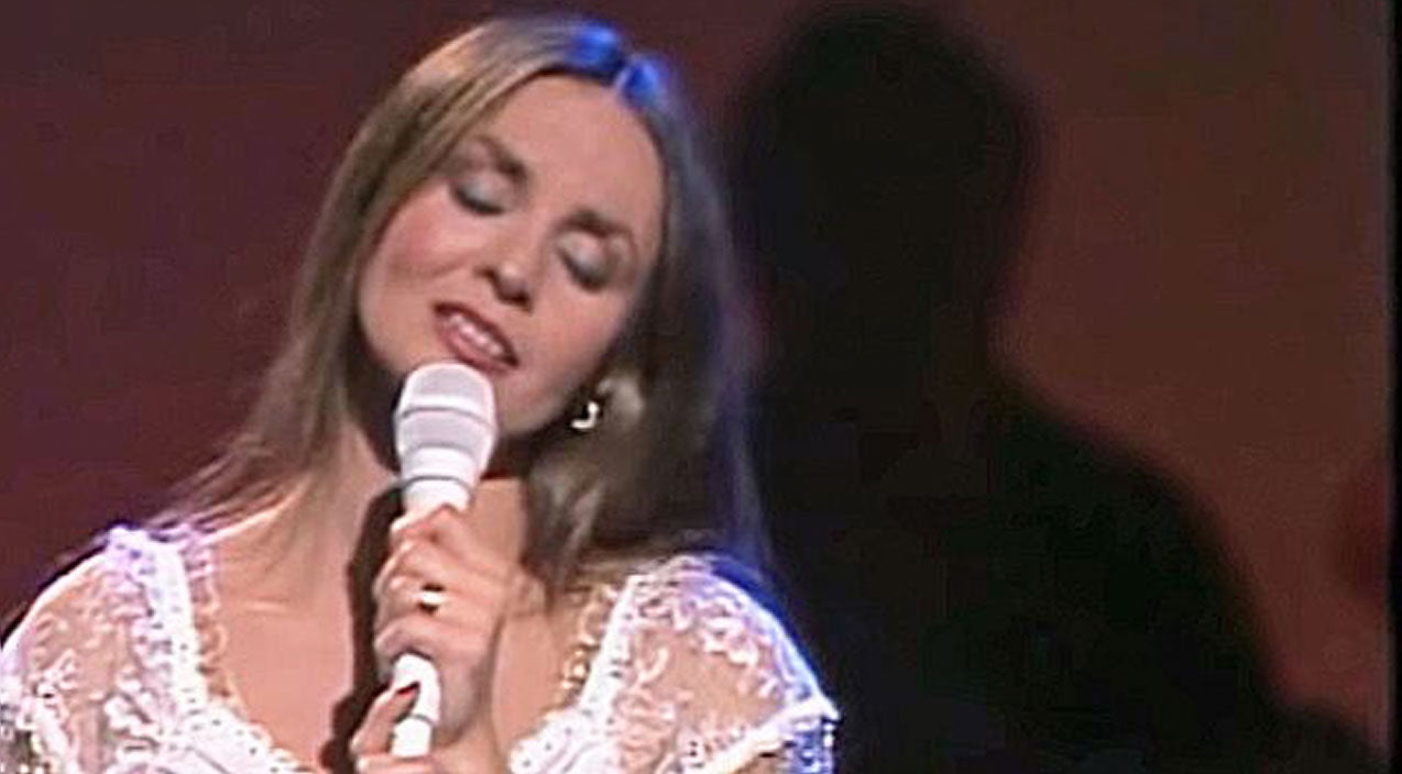 Crystal gayle Songs | Crystal Gayle's Unforgettable Performance Of 'Don't Make My Brown Eyes Blue' | Country Music Videos