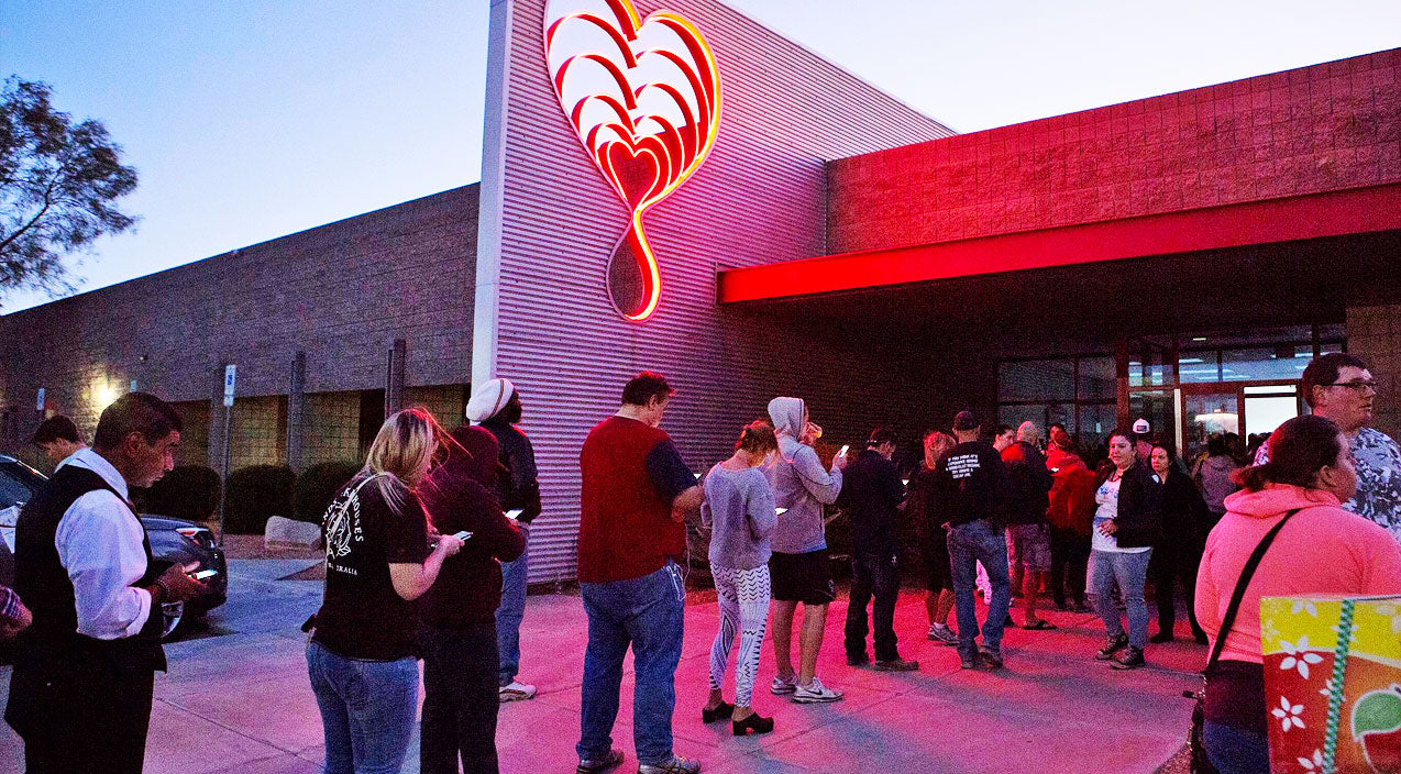 Crowds Flock To Donate Blood In Las Vegas Following Mass Shooting | Country Music Videos