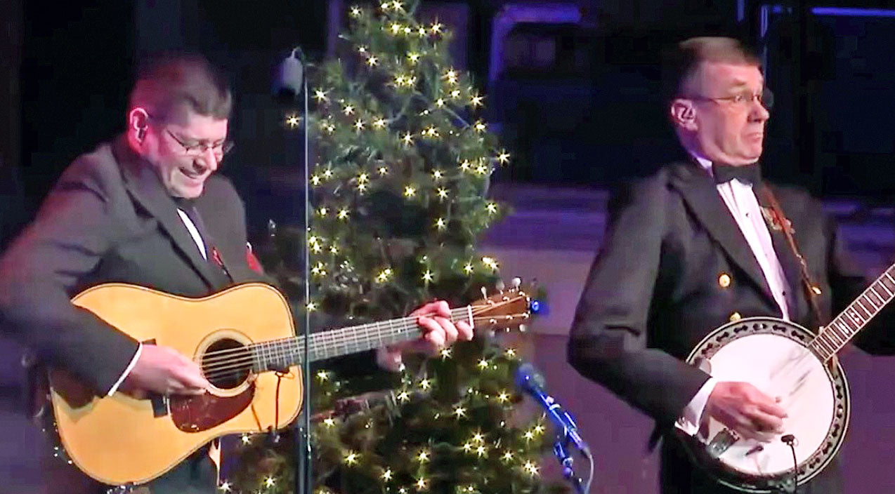 You Have To Hear What Happens When 'Dueling Banjos' Gets A Jolly Christmas Twist | Country Music Videos