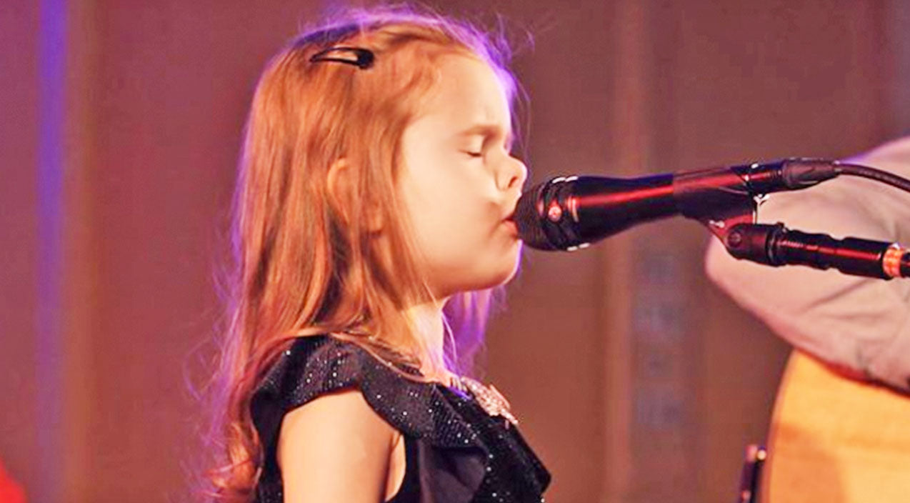 Claire ryann Songs | Talented 5-Year-Old Performs Heavenly Rendition Of 'O Holy Night' For Sold-Out Audience | Country Music Videos