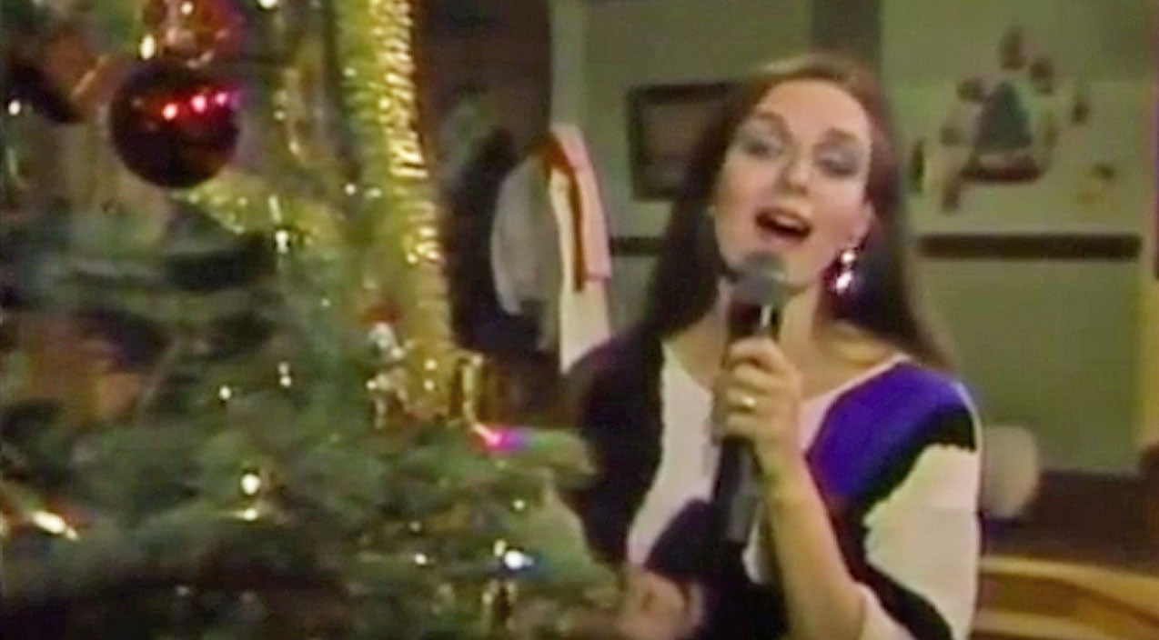 Crystal gayle Songs | Crystal Gayle Gives The Gift That Keeps On Giving During Christmas Medley | Country Music Videos
