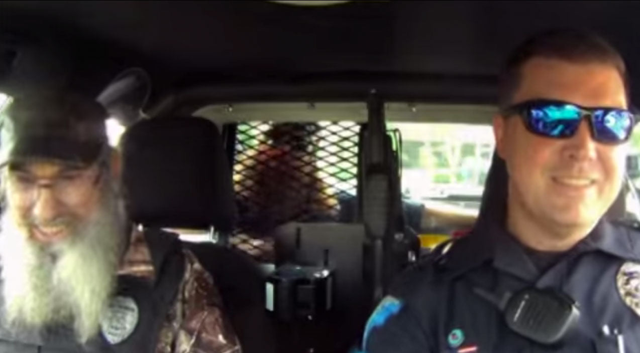 Uncle Si And Willie Go On Hilarious Ride Along With Local Police Officer | Country Music Videos
