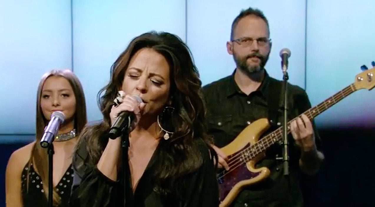 Sara evans Songs | Sara Evans & 14-Year-Old Daughter Light Up The Stage With Fiery Performance | Country Music Videos