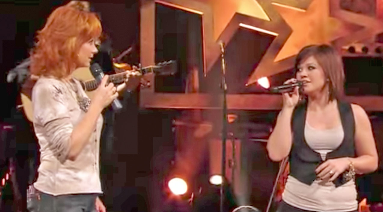 Reba mcentire Songs | Kelly Clarkson Joins Reba McEntire For Riveting Rendition Of 'Does He Love You' | Country Music Videos