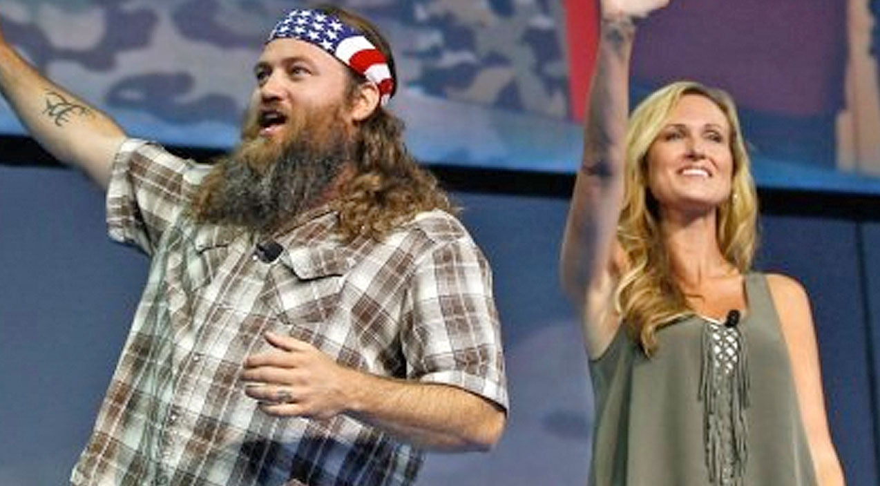 Willie robertson Songs | Willie And Korie Robertson Sing Hilarious Duet In Front Of Sold-Out Crowd | Country Music Videos
