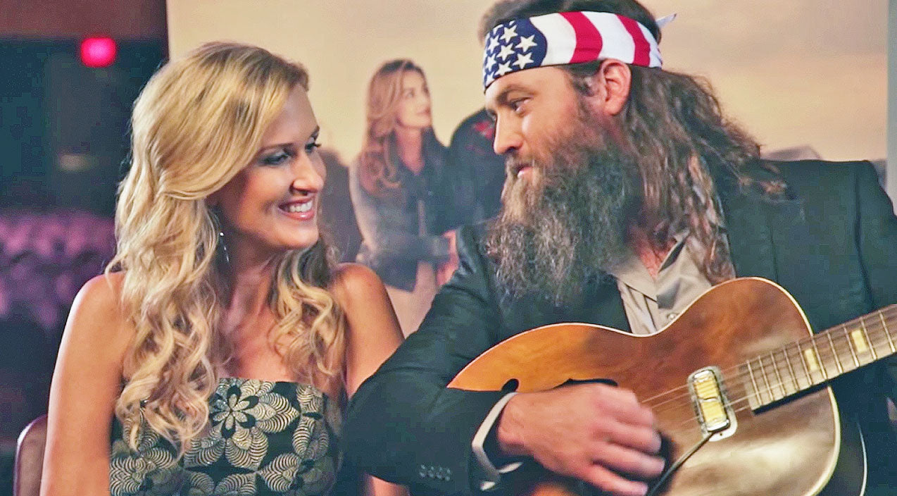 Willie robertson Songs | Willie Robertson Spontaneously Serenades Korie With Sweet Song | Country Music Videos