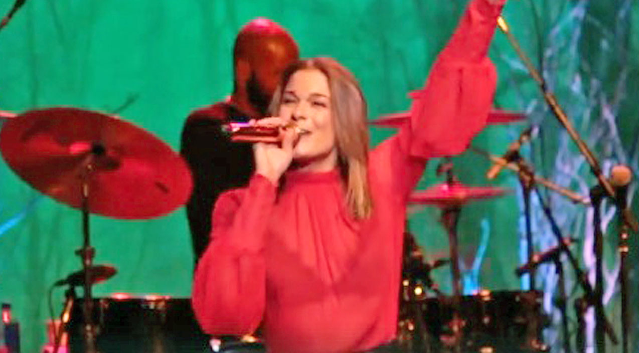 Modern country Songs | LeAnn Rimes Mixes Holiday Classics With Her Hit Song & The Result Is Spectacular | Country Music Videos