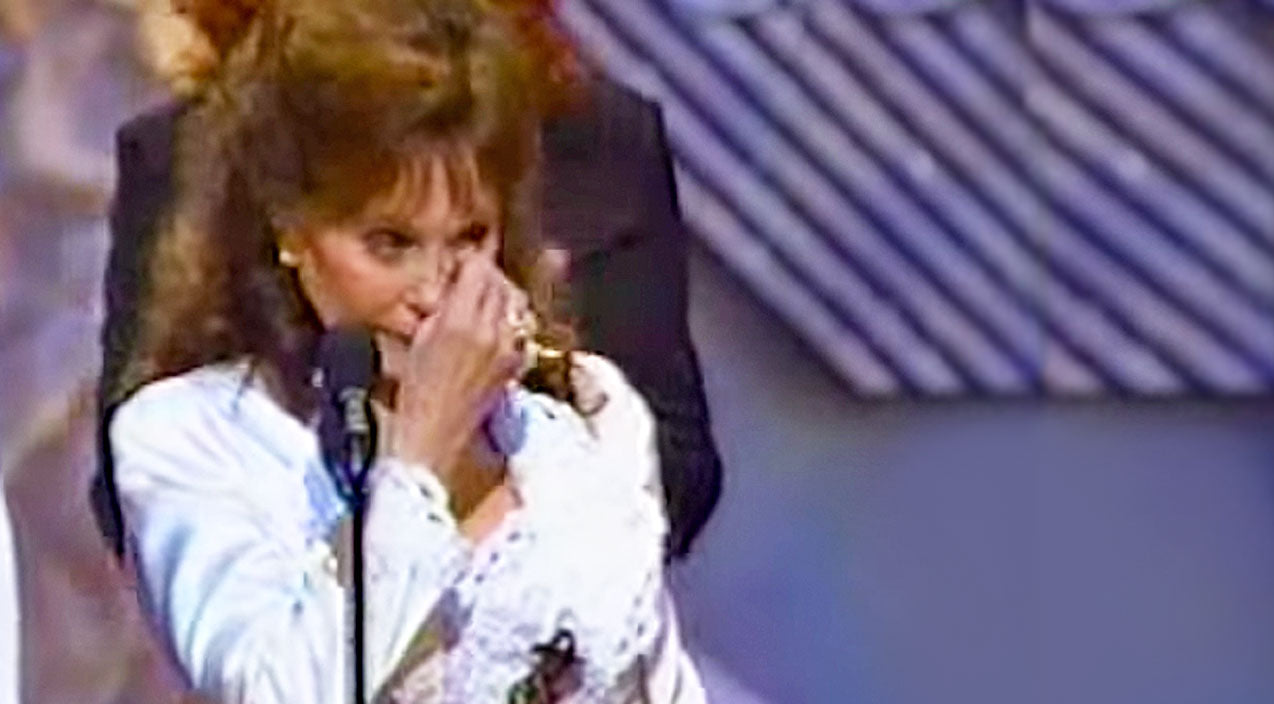Loretta lynn Songs | Emotional Loretta Lynn Is Brought To Tears During Award Acceptance | Country Music Videos